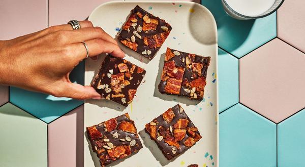 Carrés de chocolat fondant au bacon et au riz soufflé