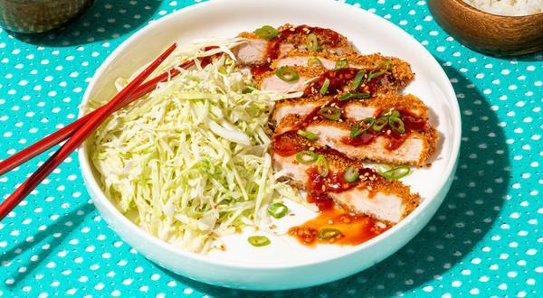 Côtelettes de porc panées et salade de chou crémeuse à la japonaise