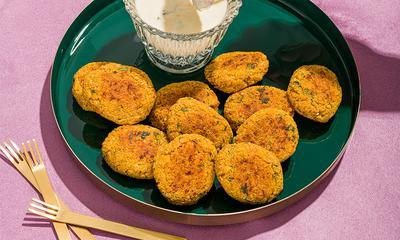 Croquettes de crabe, quinoa et patates douces, trempette à la crème sure et à l'orange