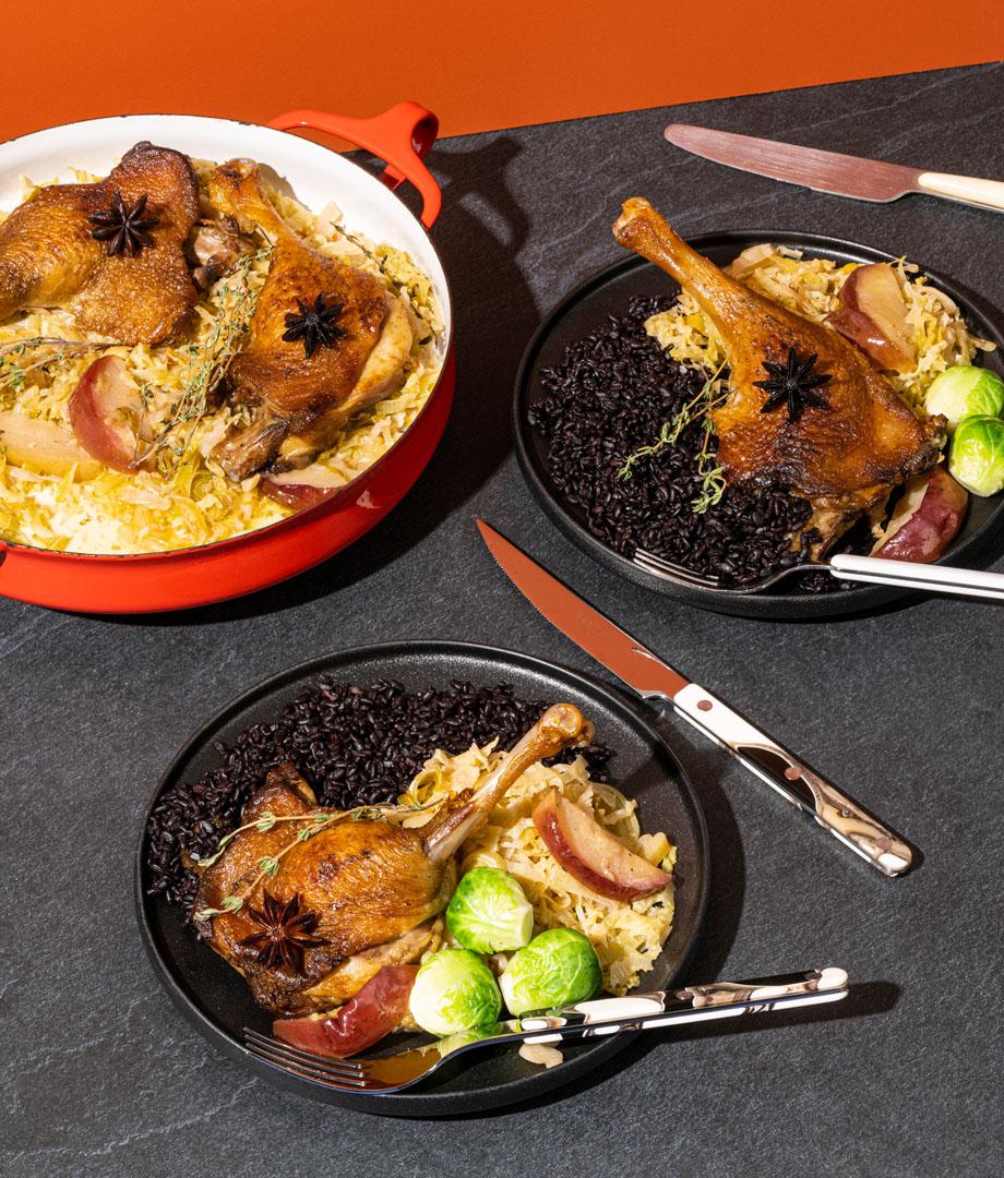 Cuisses de canard braisées aux pommes, au chou et au cidre