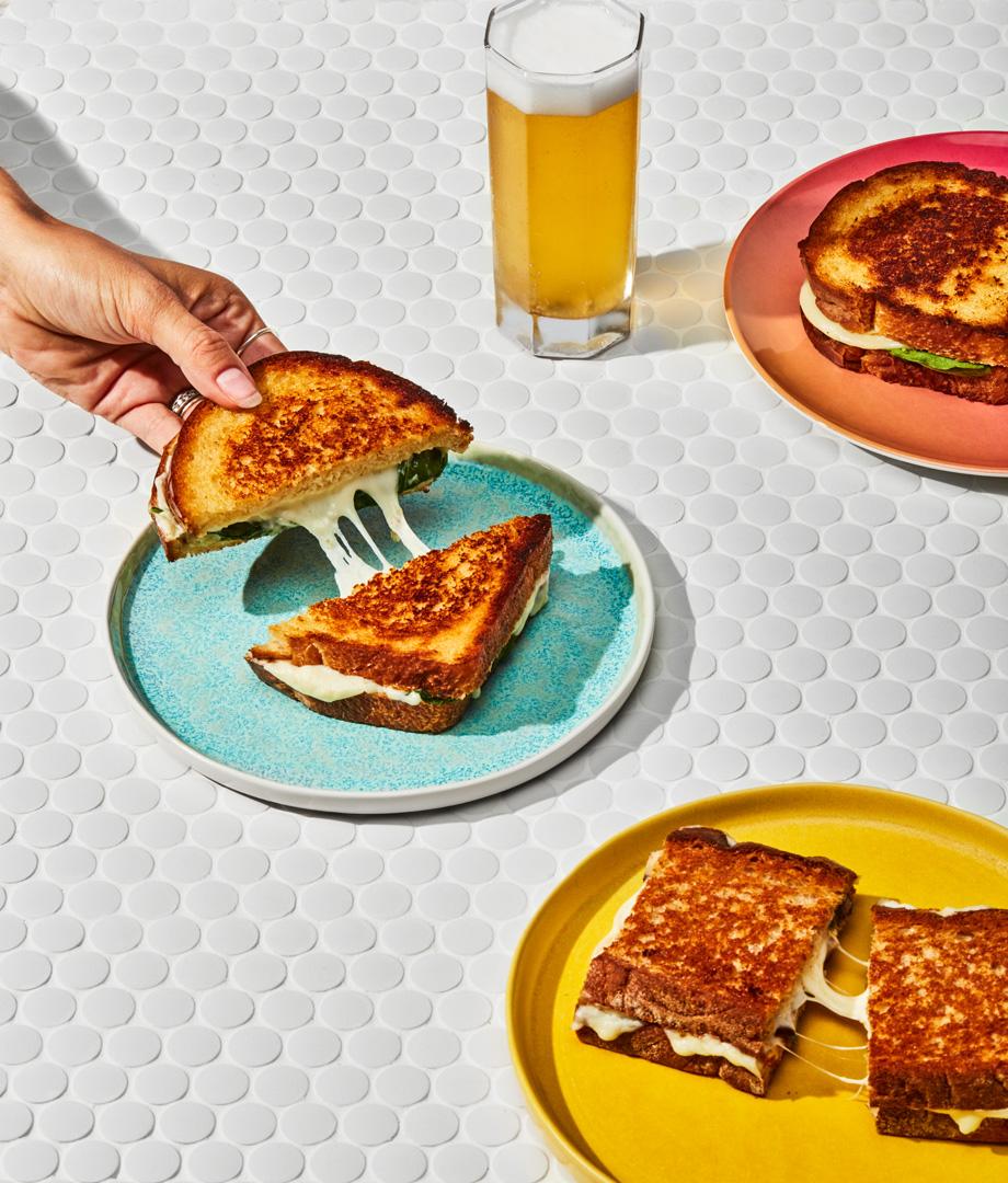 Duo de sandwichs au fromage fondant à l'italienne et aux épinards