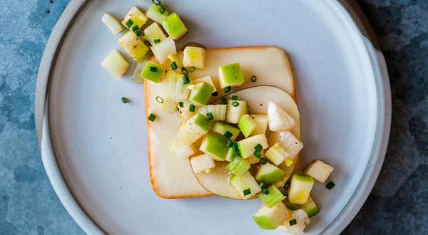 Entrée de fromage et poire, salsa de pomme et fenouil