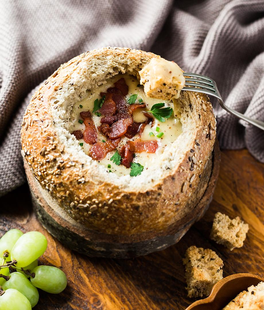Fondue au fromage dans un bol de pain