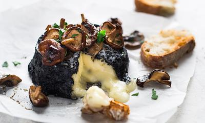 Fromage au four et garnitures de champignons