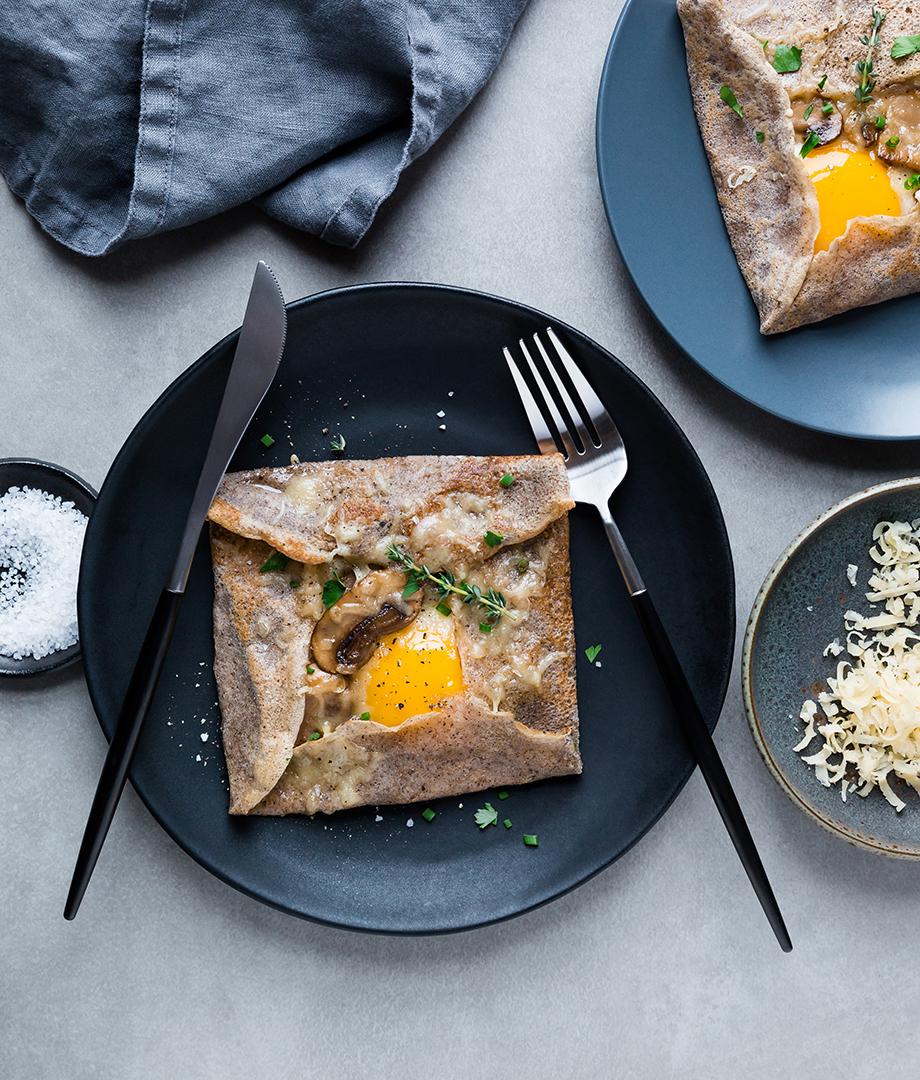 Galettes de sarrasin, œuf, champignons et thym