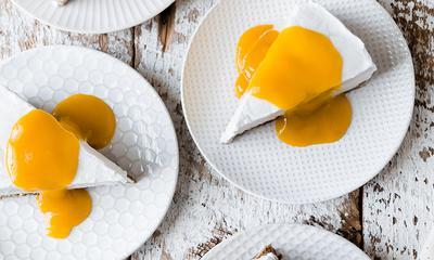 Gâteau au yogourt glacé et coulis de mangue