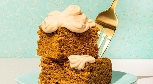 Gâteau à la citrouille et au chaï, glaçage au labneh et café