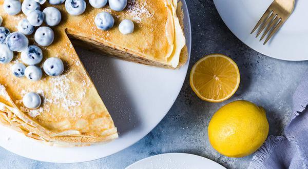 Gâteau de crêpes a la crème pâtissière et bleuets glacés