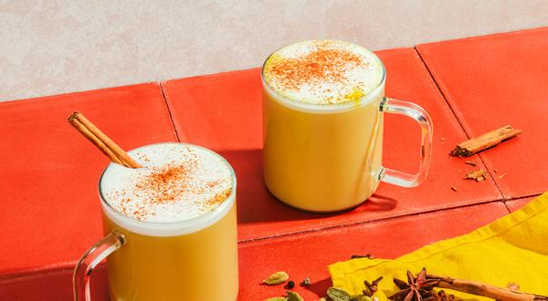 Golden chaï latte à la cardamome et noix de muscade
