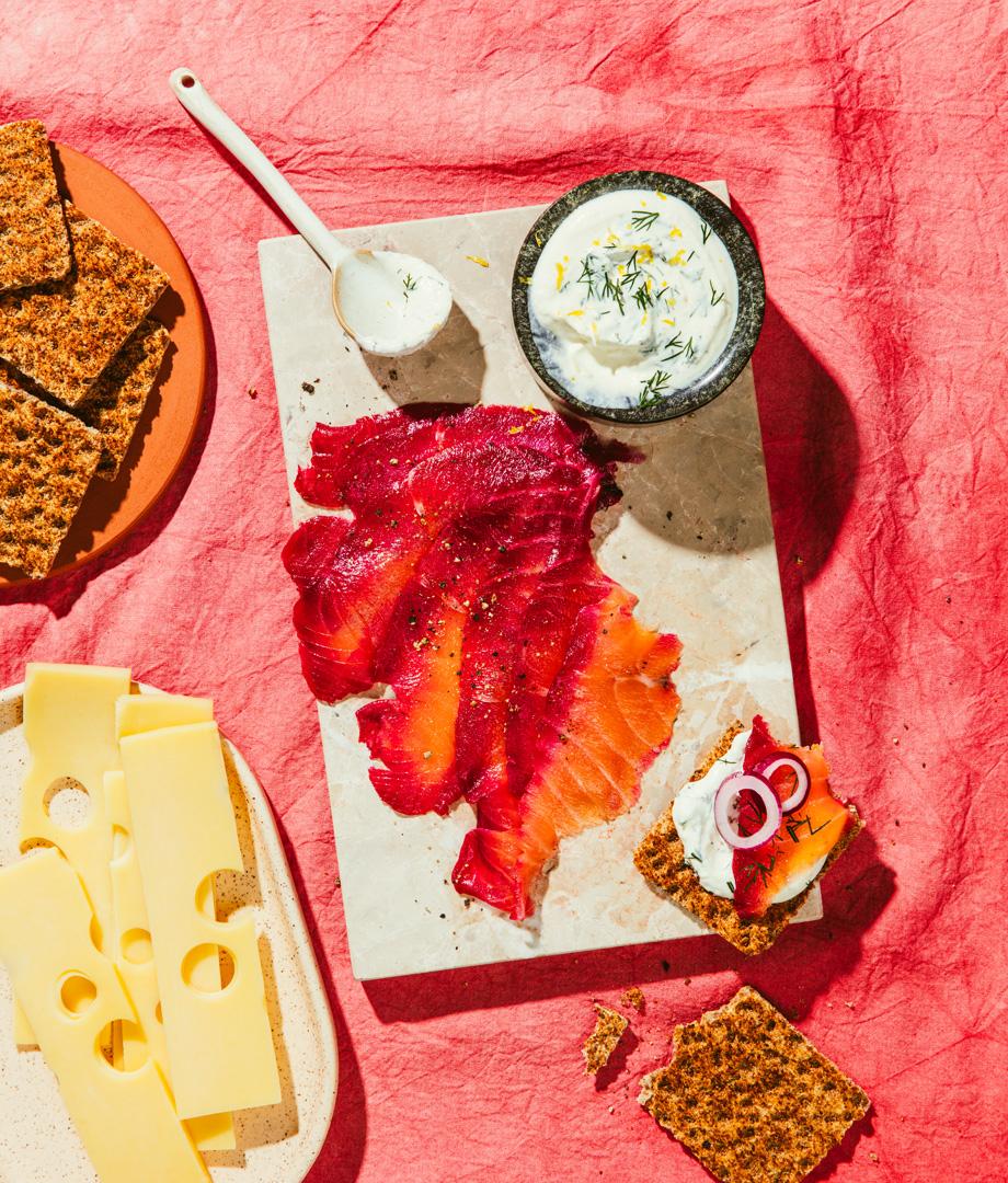 Gravlax à la betterave, crème fraîche au raifort et à l'aneth