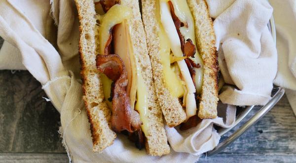 Grilled cheese à la dinde, bacon et oignons caramélisés (La Bête)