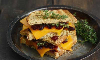 Grilled cheese au confit d'échalotes et aux canneberges