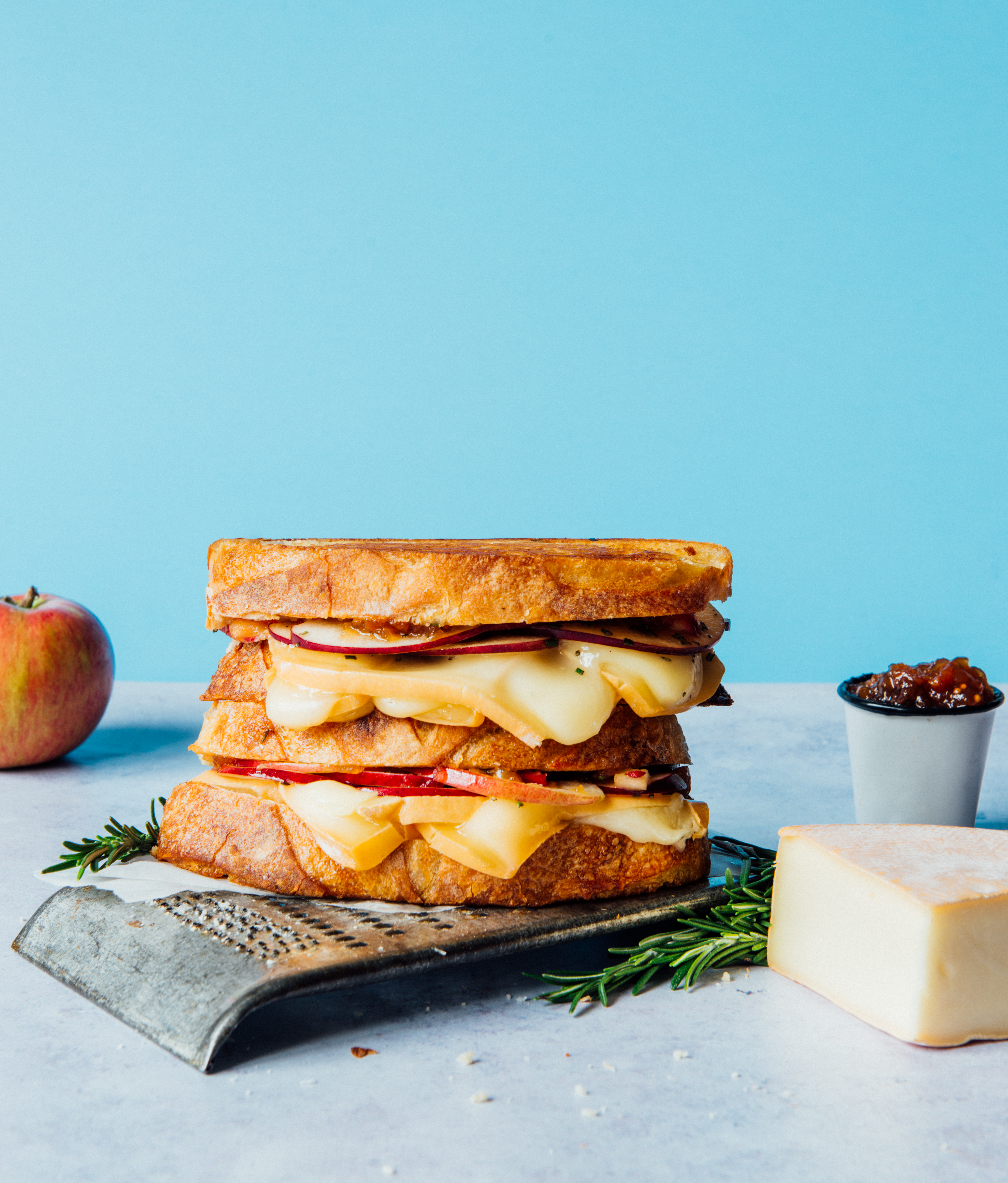 Grilled cheese au romarin et chutney de pommes