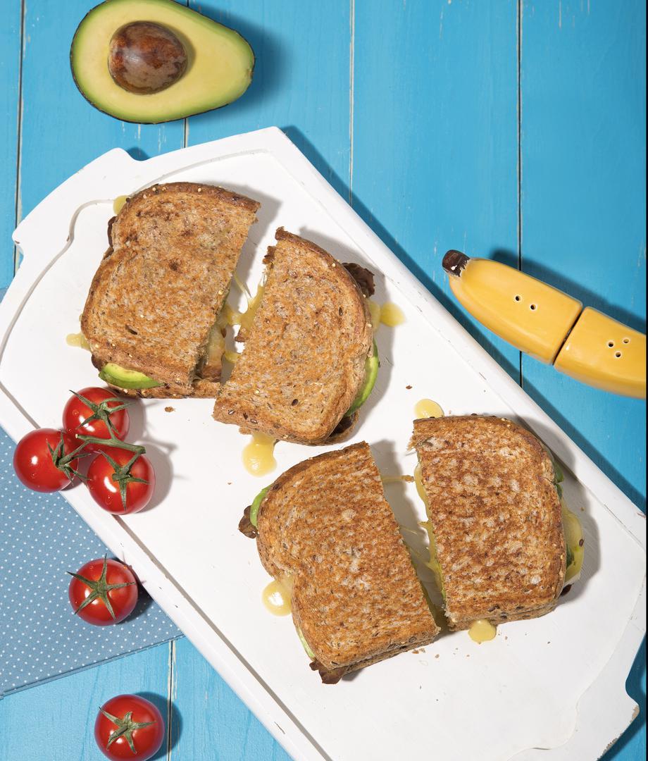 Grilled cheese au tempeh fumé, avocat et fromage Le Ménestrel