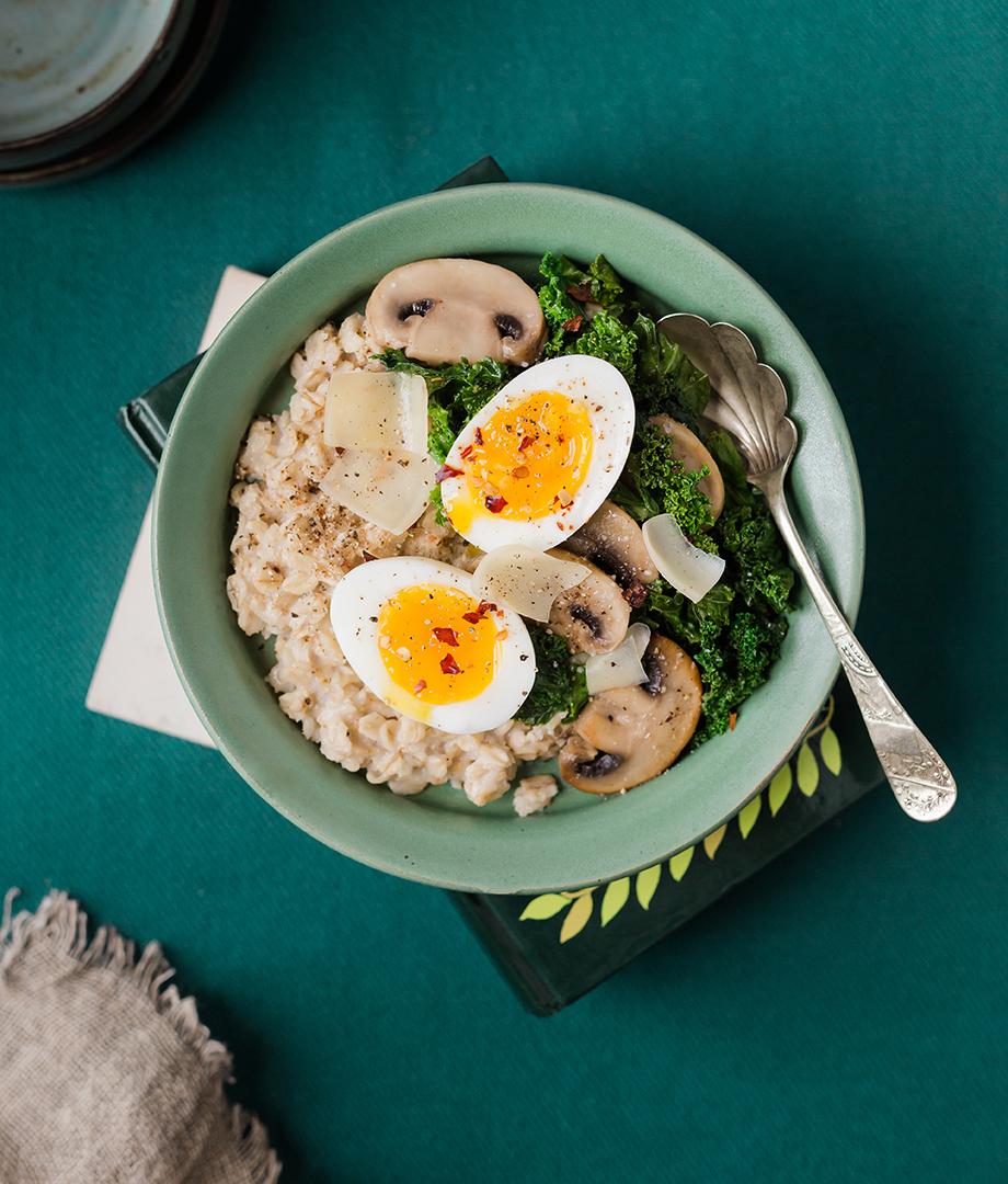 Gruau salé d'avoine, œuf mollet, sauté de chou frisé et champignons
