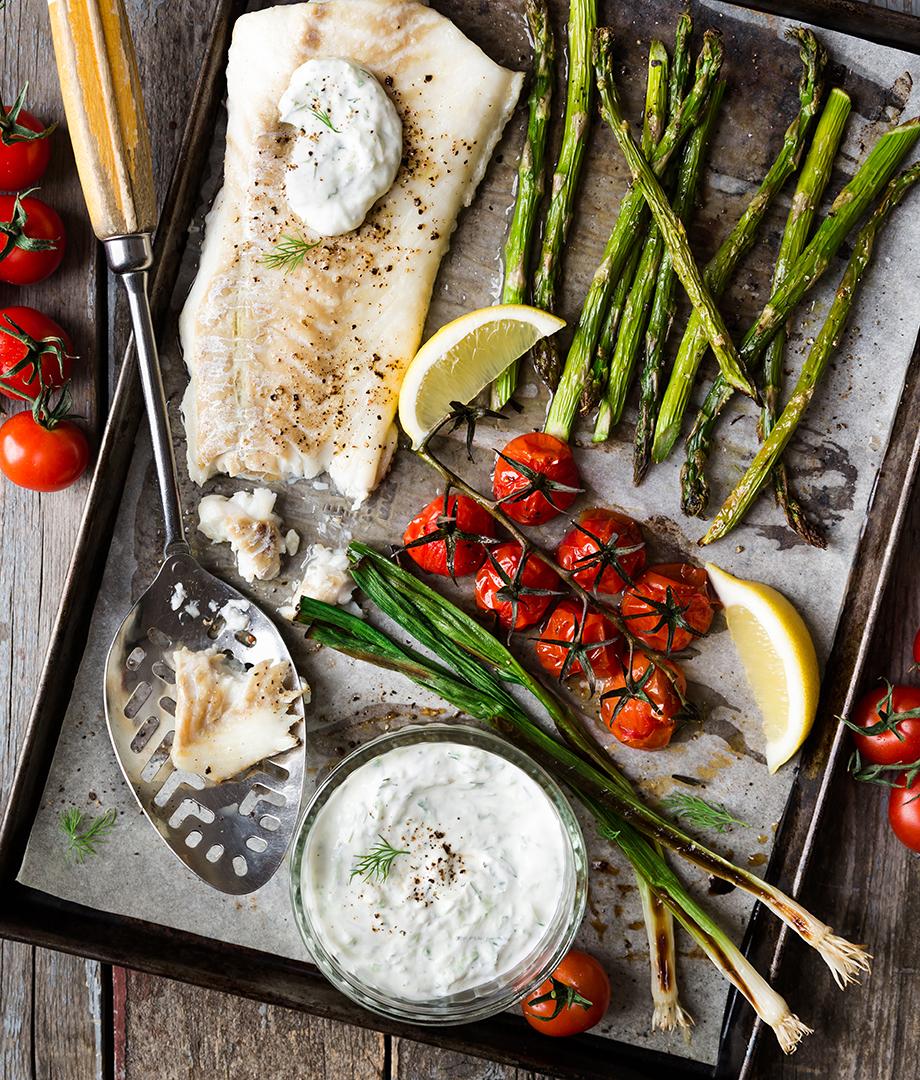 Morue et légumes sur une plaque