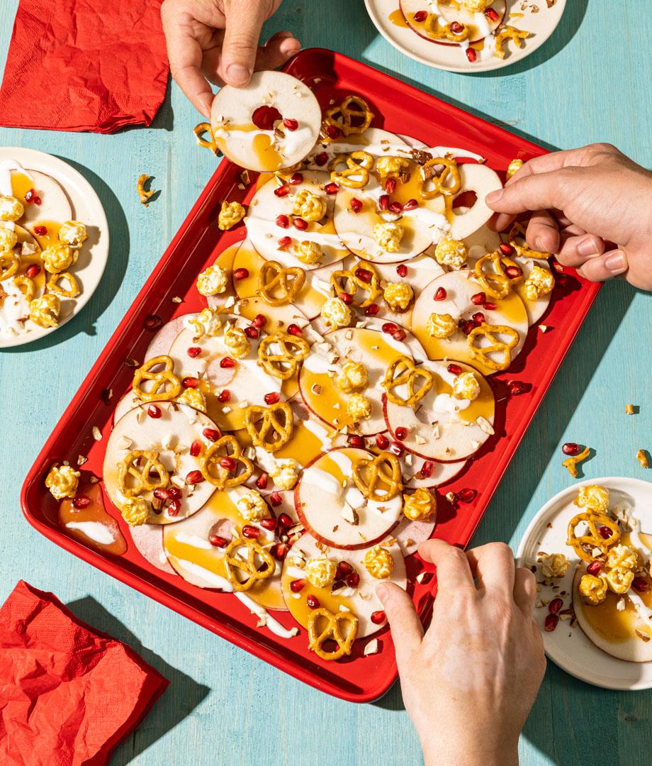 Nachos de pommes, garnis de caramel et popcorn
