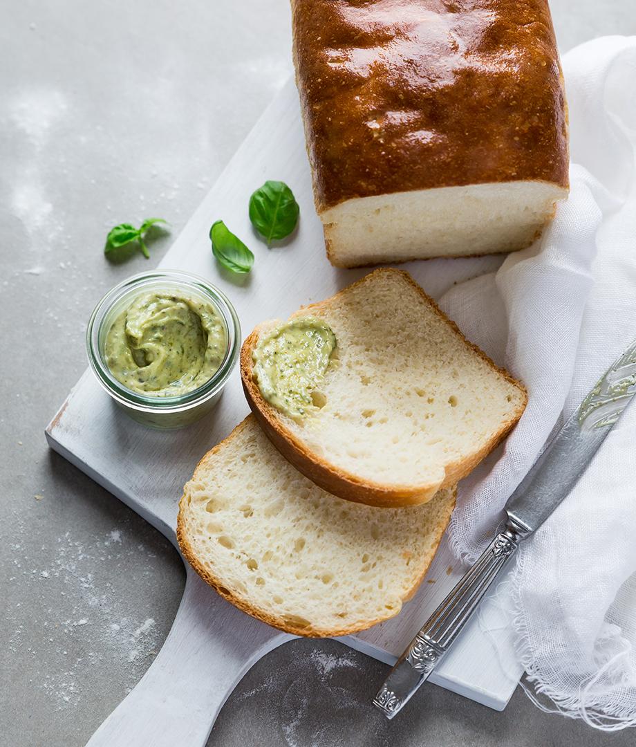 Pain dans un sac et beurre aromatisé au pesto