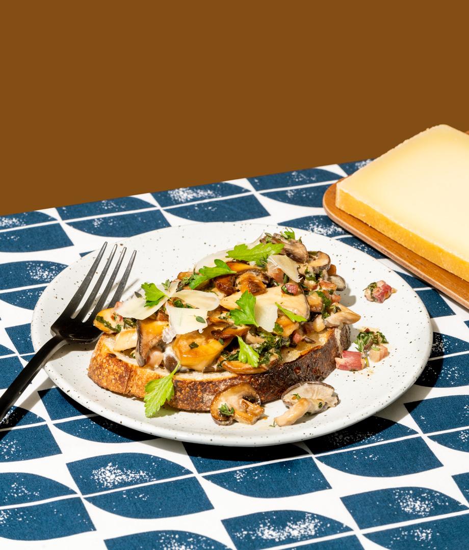 Pain grillé aux champignons sauvages et au fromage