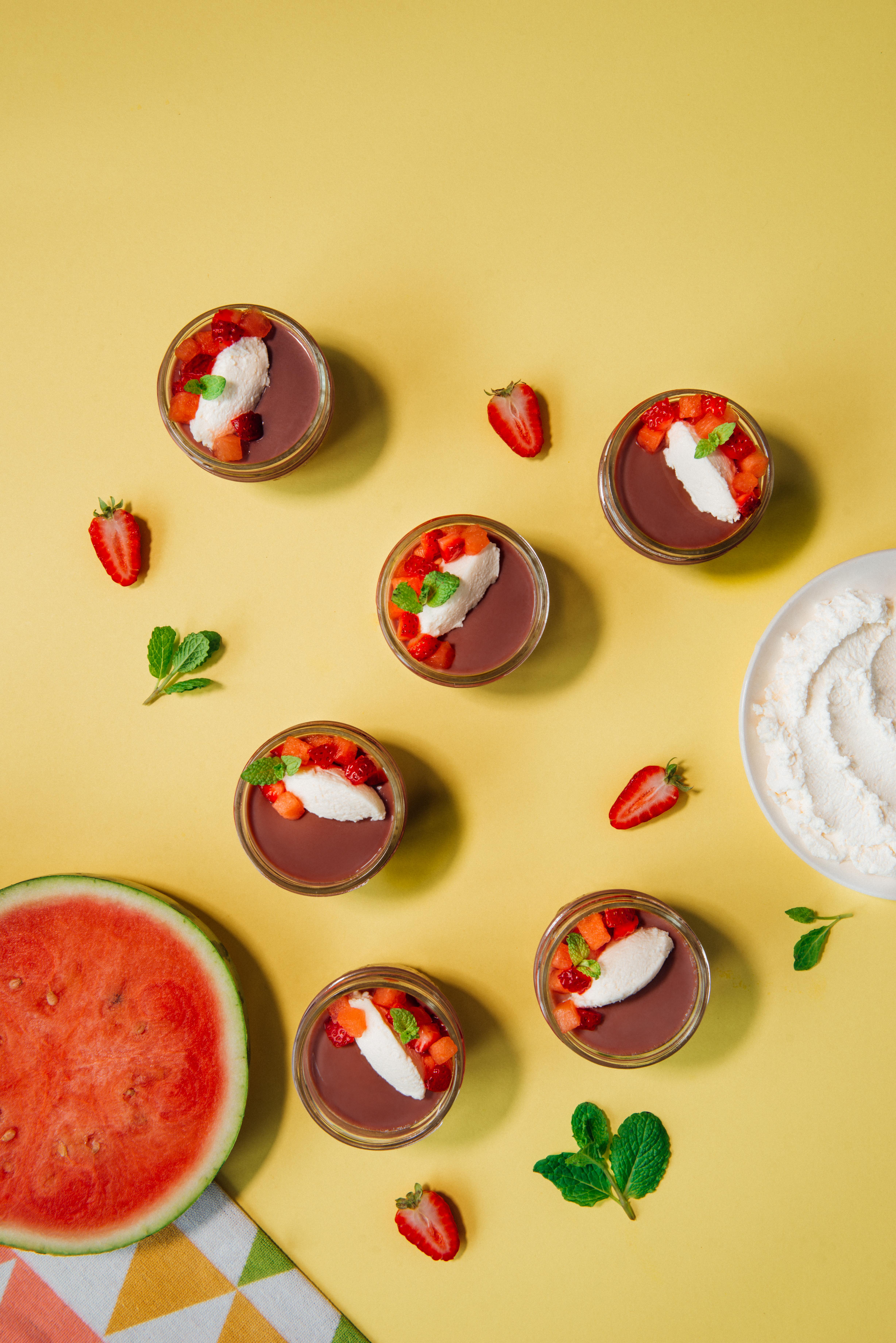 Panna cotta au lait au chocolat, fraise et melon d'eau