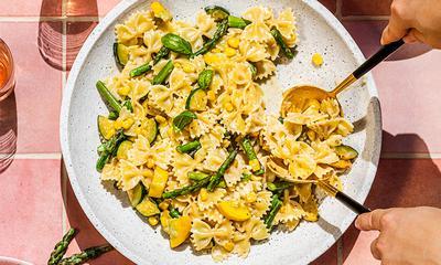 Pâtes aux courgettes, asperges et maïs, sauce à la crème