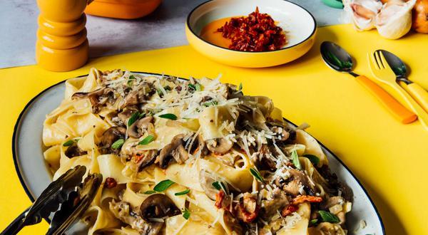 Pâtes pappardelles aux champignons sauvages et tomates séchées