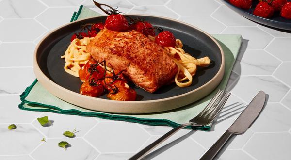 Pavés de saumon, tagliatelles sauce rosée au yogourt