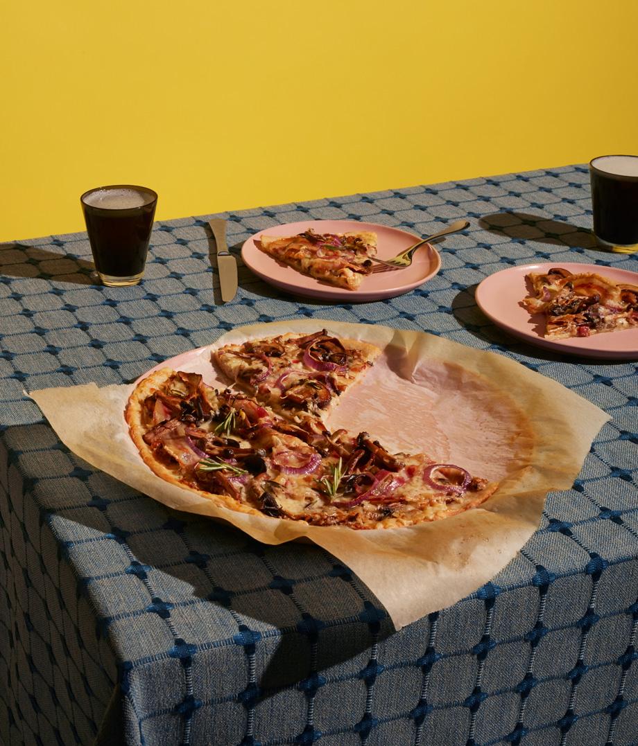 Pizza bianca aux trois fromages, aux champignons et à la pancetta