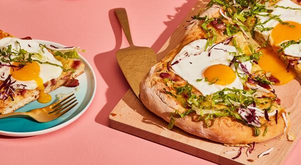 Pizza déjeuner au jambon, au gouda et sauce béchamel