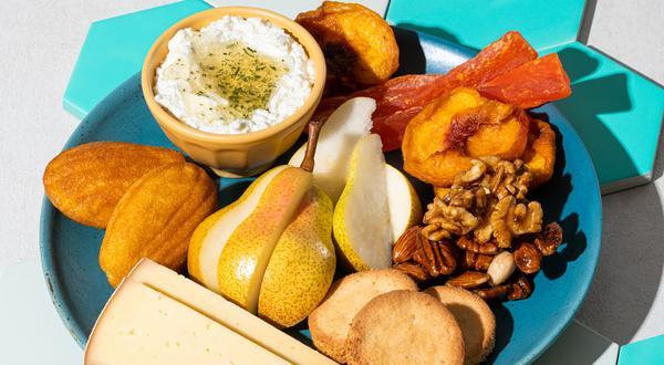 Plateau de fromages d'ici, noix, fruits et miel au romarin