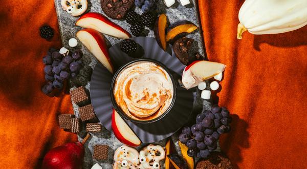 Plateau-dessert de bretzels au chocolat blanc et trempette sucrée