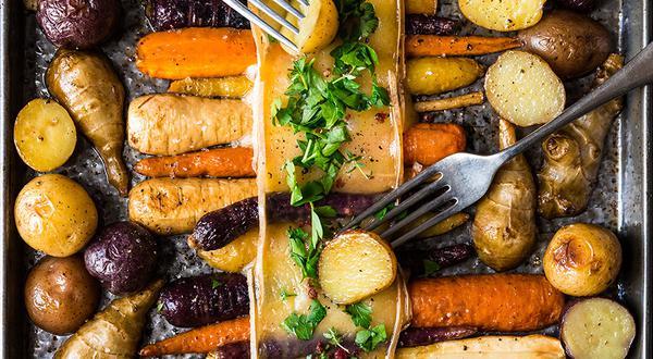 Raclette de légumes-racines sur une plaque