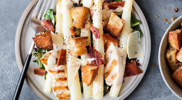 Salade César d'asperges blanches, poulet et bacon