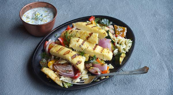 Salade d'orzo, légumes et fromage grillé avec vinaigrette crémeuse à l'aneth