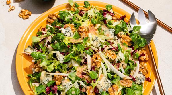 Salade de mâche et de laitues aux noix et au bleu, vinaigrette à la camomille