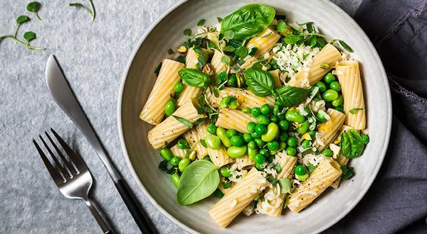 Salade de pâtes aux petits pois, edamames et fines herbes