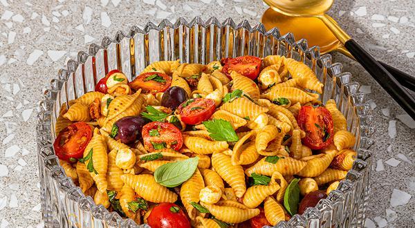 Salade de pâtes aux tomates séchées, olives et bocconcini