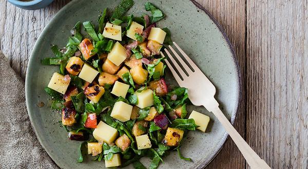 Salade de pêches grillées et fromage, vinaigrette au miel et livèche