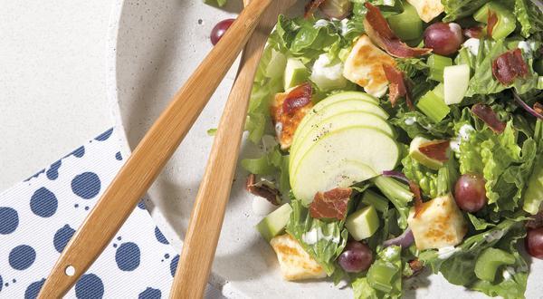Salade de prosciutto croustillant, pommes, céleri et fromage Baya Halloumi