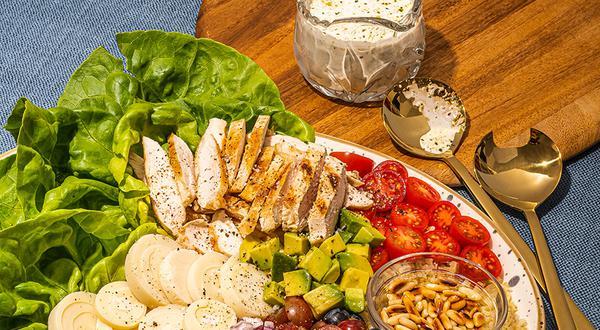 Salade d'été au poulet, pesto et millet
