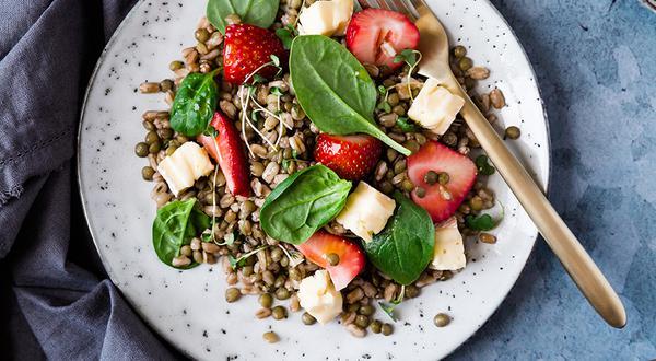 Salade-repas de lentilles, farro et fraises