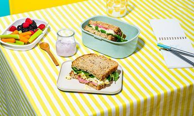 Sandwich aux œufs, bacon et oignons marinés