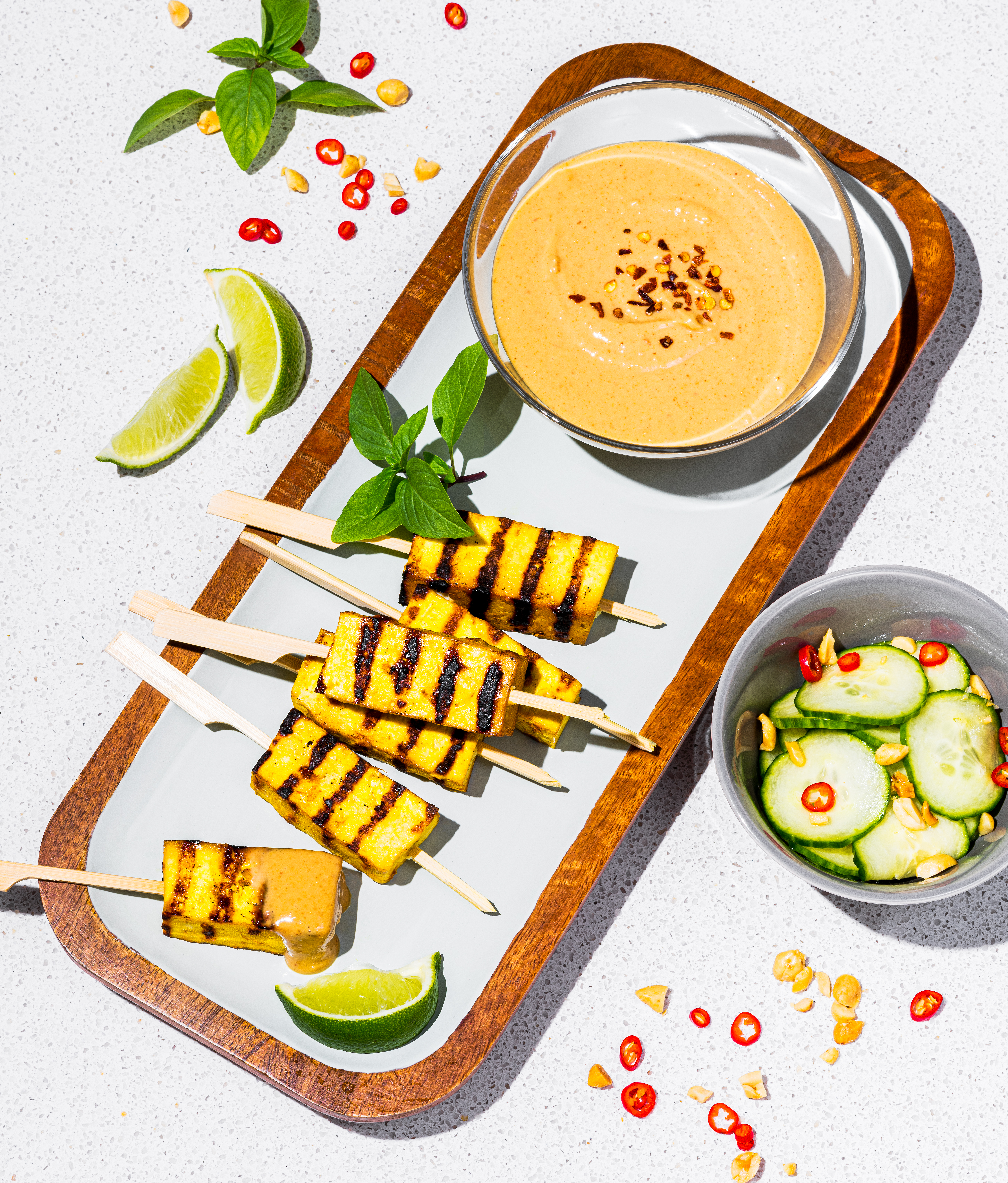 Satay au tofu et salade de concombres