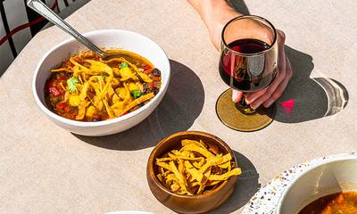 Soupe aux poivrons grillés, haricots noirs et fromage