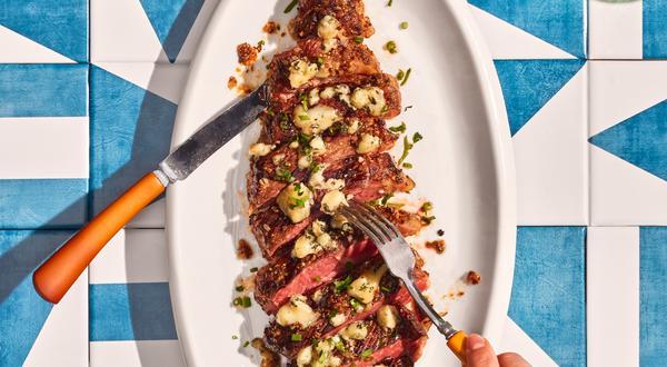 Steak grillé à la moutarde et fromage bleu