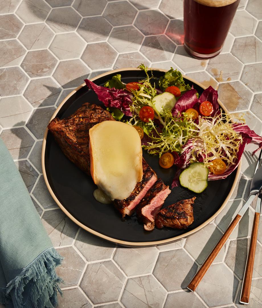 Steak mariné à la bière rousse et au fromage