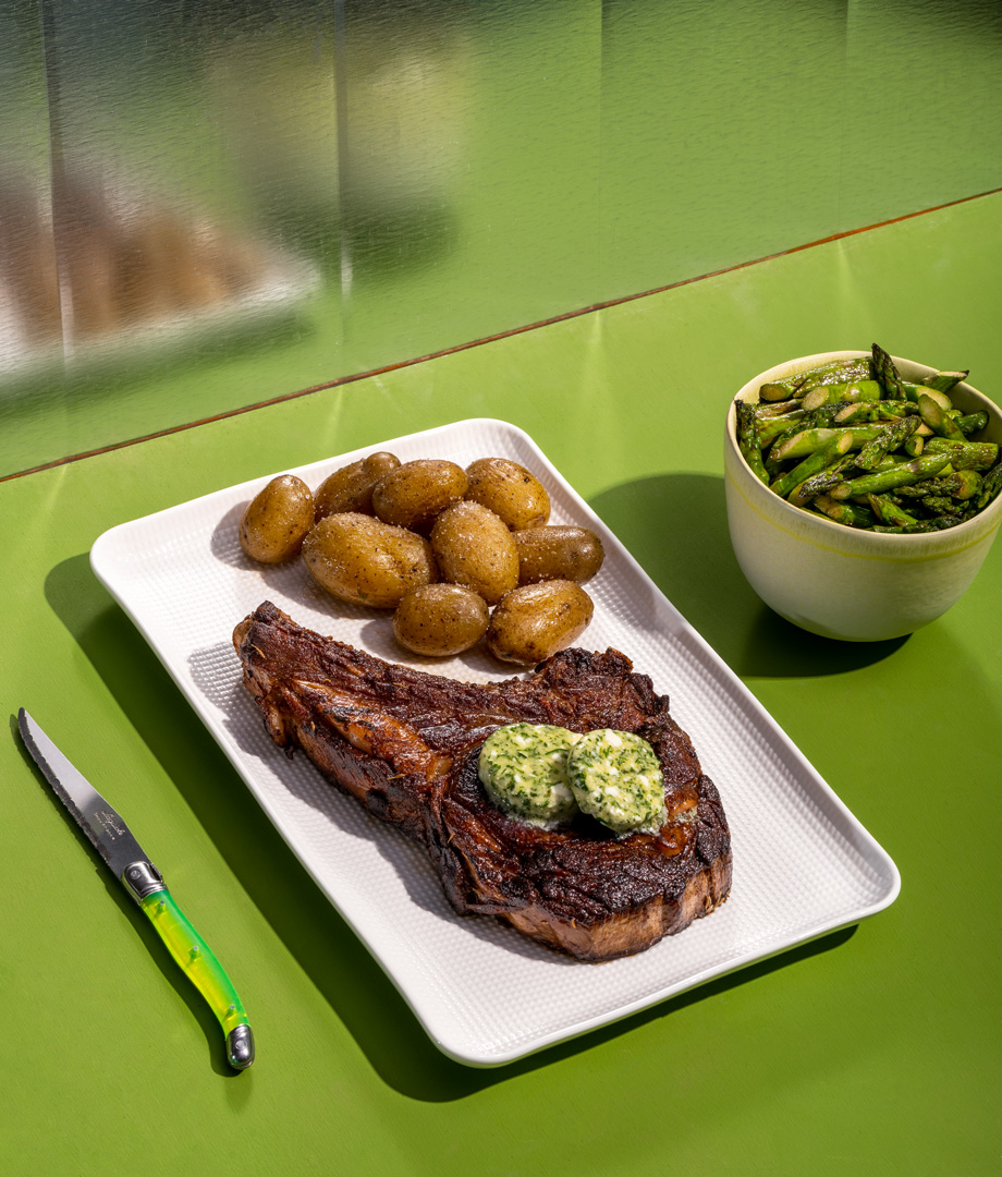 Steak T-bone, asperges et beurre composé