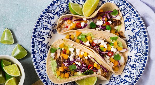 Tacos de poisson grillé à la noix de coco, sauce crémeuse à la coriandre