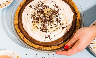 Tarte au chocolat et crème fouettée au café