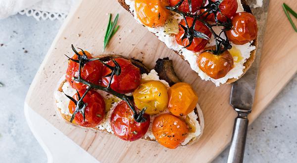 Tartines de ricotta et tomates cerises rôties au romarin